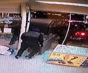 【動画】セブンイレブンに車で突っ込みATMを車に積み込み奪う男達