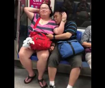 【動画】電車内で周りの目も気にせず彼女の胸を触る男