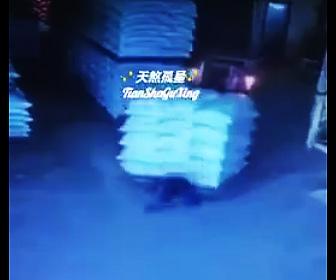【動画】電話している男性を荷物を運ぶフォークリストが轢いてしまう衝撃映像