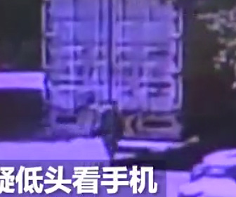 【動画】歩きスマホする男性がバックするトラックに激突し…