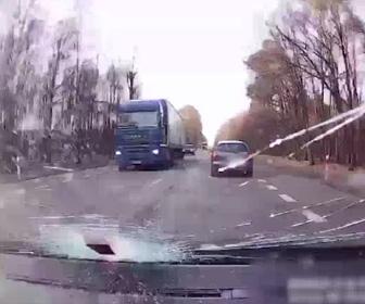 【動画】前を走る車が跳ね上げた鉄パイプが後ろを走る車に吹き飛んでくる衝撃映像