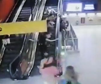 【動画】エスカレーターでふざけている女性に悲劇が…。手すりに登るが落下し階段に叩きつけられる