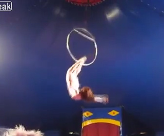 【動画】エアリアルリングパフォーマーの女性がリングから落下してしまう衝撃映像