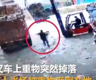 【動画】フォークリストの荷物をトラックに乗せようとするが落下し作業員が押し潰されてしまう恐ろしい事故