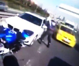 【動画】高速道路で車線変更した車に進路を塞がれたバイクライダーが…