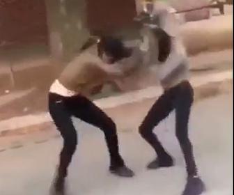 【動画】少女2人の激しい喧嘩。髪の毛を掴み投げ倒しボッコボコにする衝撃映像