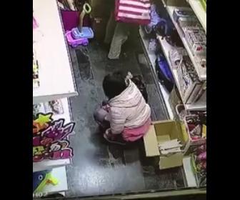 【動画】少女が店内でおし●こをしてしまう衝撃映像