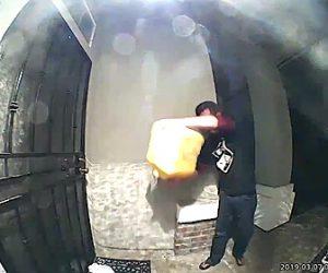 【動画】男が玄関に液体燃料を撒き家に火を付けようとするが…