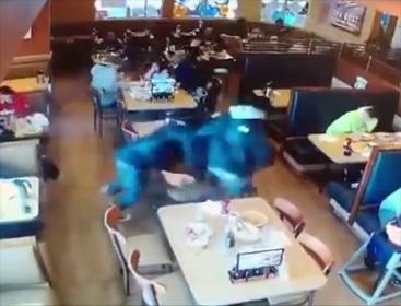 【動画】ギャングが混雑したレストランで銃を撃ちまくる衝撃映像