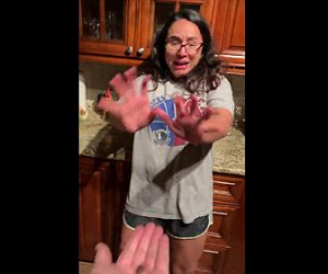 【動画】ゴキブリを投げられたと思いパニックになる女性