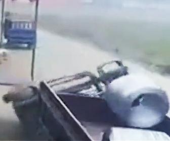 【動画】巨大なコンクリート土管をフォークリストでトラックに乗せようとするが…