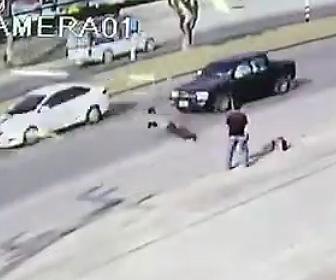 【動画】道を渡ろうとする男性。横に来た男が恐ろしい行動