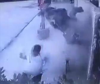【動画】人が乗ってない猛スピードのバイクがベンチで座る男性に突っ込んで来る