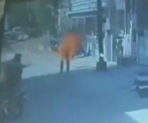 【閲覧注意動画】道に出た男性がガソリンを焼身自殺をしてしまう衝撃映像
