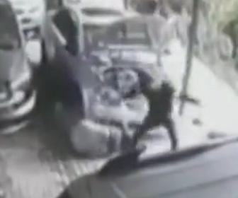 【動画】自動車整備工場に銃を持った男が現れ男性を撃ち殺し整備士は足を撃たれる