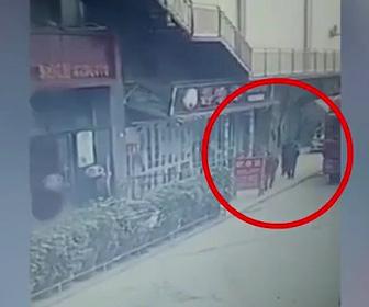 【動画】トラックから大きな荷物が落ち歩行者が押し潰されてしまう衝撃映像