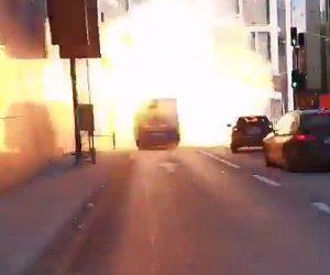 【動画】バスが高さ制限バーに突っ込み大爆発してしまう衝撃事故