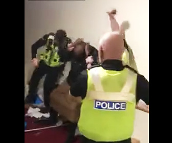 【動画】白人警察官達が黒人をボコボコニする映像が撮影され話題に