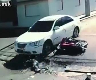 【動画】猛スピードで横から車に突っ込んだバイク。倒れたバイクライダーに悲劇が…