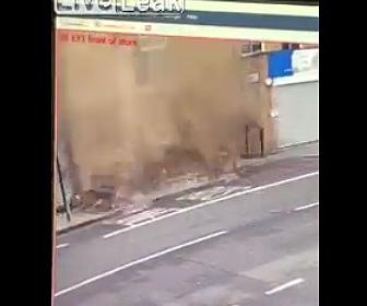 【動画】歩道を歩く男性のすぐ後ろに強風で建物の屋根が落下する衝撃映像