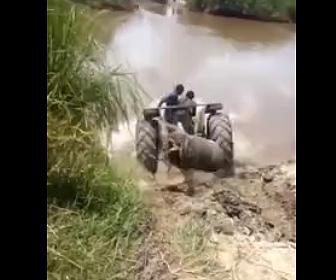 【動画】トラクターが川を渡ろうとするが水没してしまい…