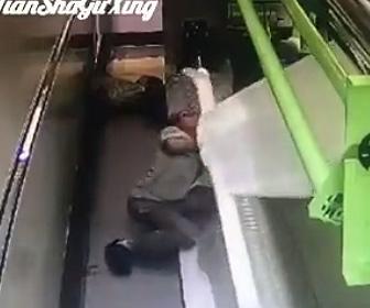 【動画】作業員が布を巻き取る機械に巻き込まれてしまう衝撃映像