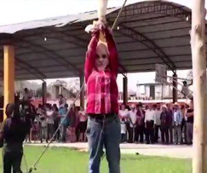 【動画】アヒルの首を引っ張りまくるメキシコの祭りがヤバい
