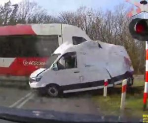 【動画】路面電車が信号を無視したバンが激突する衝撃事故
