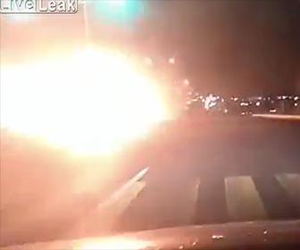 【動画】居眠り運転のタンクローリーが信号で車に突っ込み横転し炎上する衝撃事故