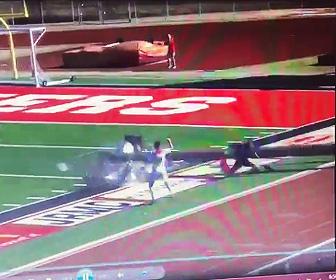 【動画】高校サッカーの試合中、照明が倒れ副審 に直撃してしまう衝撃映像