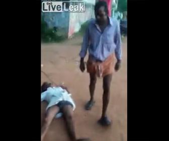 【動画】酔っ払い2人が喧嘩。強烈な一撃でノックアウト