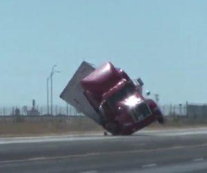 【動画】高速道路を走るトレーラーが強風で横転してしまう衝撃事故