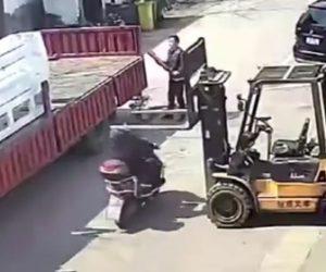 【動画】フォークリフトにスクーター運転手が頭を激突してしまう衝撃映像
