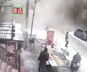 【動画】突然建物が爆発し、歩行者に瓦礫が降ってくる衝撃映像