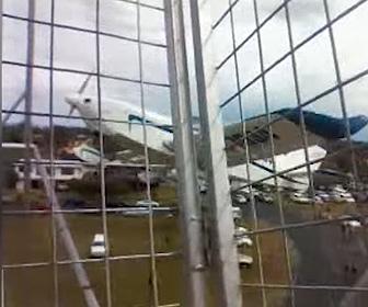【動画】飛行機が観覧車に突っ込み飛行機が宙刷り状態になる恐ろしい事故映像