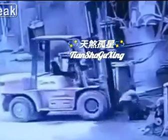 【動画】フォークリフトから落下しフォークリフトに轢かれてしまう作業員