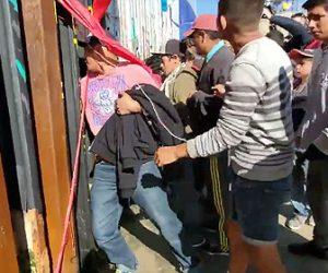 【動画】アメリカとの国境を破壊し大勢のメキシコ人がアメリカに違法入国する衝撃映像
