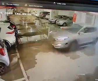 【動画】駐車場でアクセルとブレーキを間違い猛スピードで車に突っ込んでしまう衝撃映像