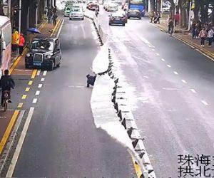 【動画】男性が柵を乗り越え道を渡ろうとするが柵を乗り越えられず…