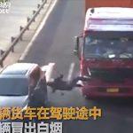 【動画】煙が出た為、トラックから降り運転手が確認しに行くが…