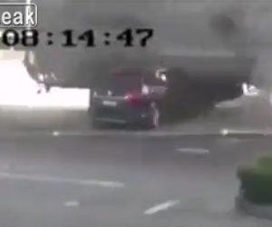 【動画】SUV車が横から来たタンクローリーに潰されてしまう衝撃事故