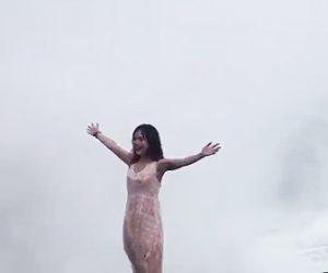 【動画】観光客の若い女性が岸壁で記念撮影をするが巨大な波が来て…