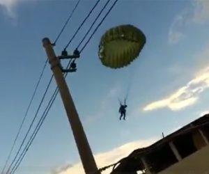 【動画】パラシュート部隊が強風に煽られ住宅街に突っ込んでしまう衝撃映像