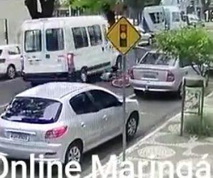 【動画】 自転車に乗る女性が突然空いた車のドアに激突し…