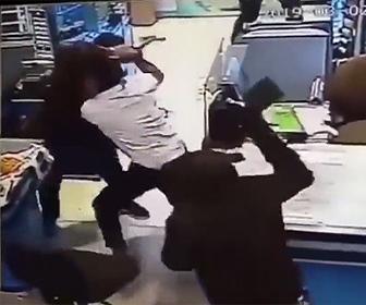 【動画】肉切り包丁もった覆面強盗VSレジの店員 激しい戦いにる衝撃映像