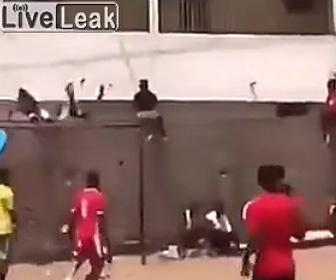 【動画】壁の上に座る男性の頭にシュートが直撃し壁から落下してしまう