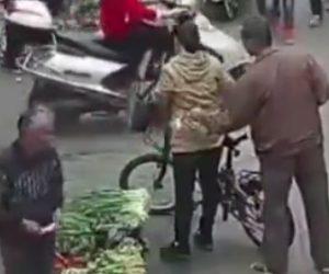 【動画】男が箸を使い買い物する女性のポケットからスマートフォンを盗む衝撃映像
