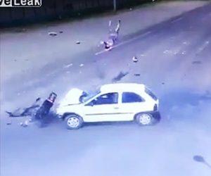 【動画】猛スピードのバイクが左折してきた車に激突。バイクライダーが撥ね飛ばされる衝撃事故