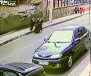 【動画】歩道を歩く女性3人に横の壁が突然崩れてくる衝撃映像