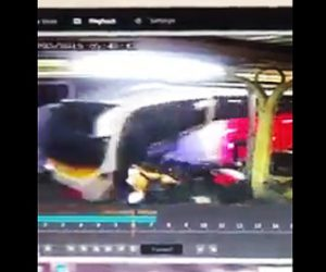 【動画】バスが意図的に客達に突っ込んで来る恐ろしい映像